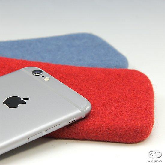 iPhoneのための、もうひとつのポケット。天然のウールを特殊加工でつくり、カラフルで丈夫で優しい素材にしました。iPhone6に対応したバージョンです。