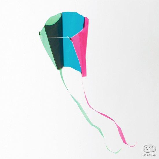 よい風が吹いたな、と感じたら。いつでもどこでも、凧揚げ遊び。手のひらサイズのパッケージに収納できる、軽量コンパクトな、「骨の存在しない」凧。