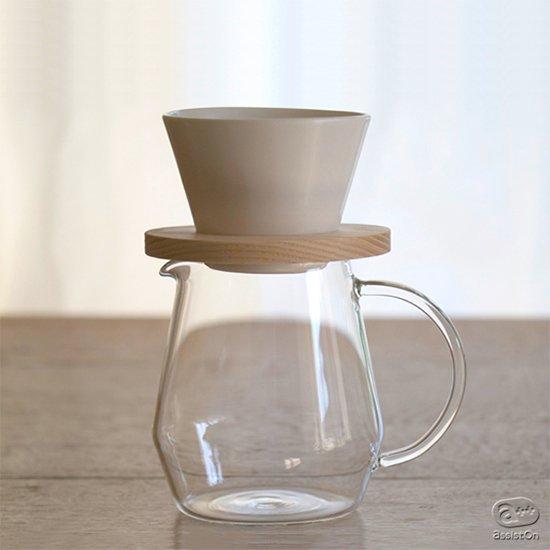 目指したのは、しっかり濃いのに、味は重くなく、すっきりした飲み心地。コンパクトでお手入れがしやすい、陶器と木を使ったコーヒー・ドリッパー。