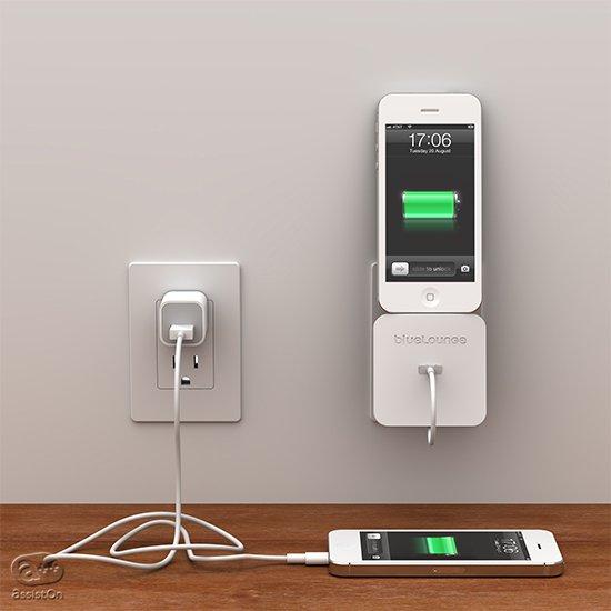 iPhone電源アダプターをそのまま使ってDockステーションに。ケーブルを引き出して、PCのと接続にも。応用力の高いiPhone専用アクセサリー。