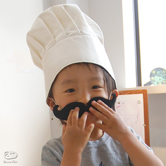 お手伝いをがんばる子どもたちへ!お料理やお菓子作りにかかせないモノ。それは、これ!一度はかぶってみたかったコックさんの帽子と、立派なおヒゲを本当につくりました。