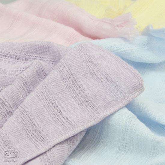 最高品質のコットンだけを使って、吸水性が良く、かさばらない、新しいハンカチーフをつくりました。古くから綿織物とタオルを作ってきた、愛媛県・今治だけの技術です