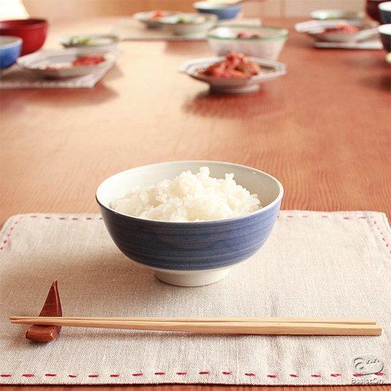 子どもが最初に出会う、お茶碗とお椀。小さな手できちんと持って、使いやすい。触れてやさしい。日本の伝統的な技法と素材でつくった、生活の道具。