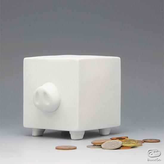 ポケットの中のコインの整理から、あの夢を叶えるための軍資金の調達まで。佐賀県有田焼でつくった、真っ白な貯金箱。