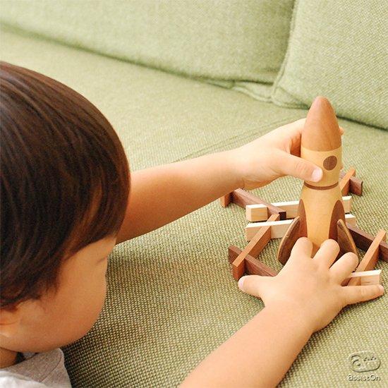 6種類の木材を組み合わせて作りました。「発射」するとかわいい音をたてるロケット。家具の街、北海道・旭川でつくりました。