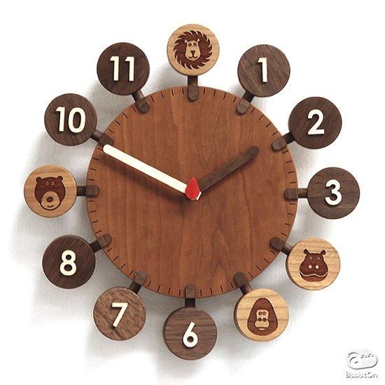 小さなお子様と家族がみんな一緒に使える。木の風合いを生かし、長くお使いいただける「家族の時計」を、旭川の木工職人とつくりました。