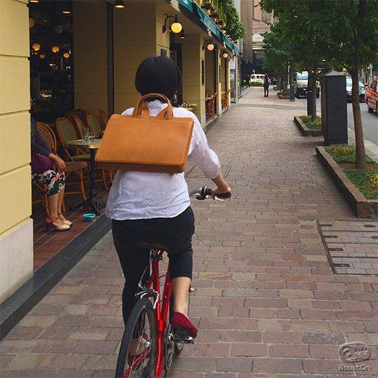 「絵に描いたような普通の鞄」をコンセプトにつくった本革製ブリーフケース。ワンタッチで背中に背負うことができる、リセバッグにもなります。