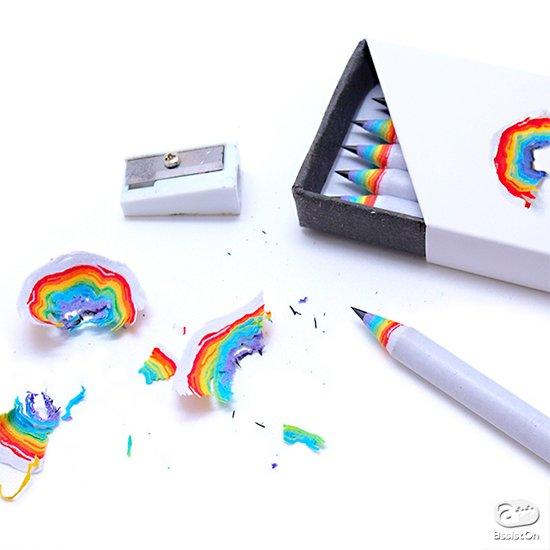 使ううちに、あら、こんなところから、きれいな7色の虹が浮かび上がる。使うのが楽しくなる。とってもハッピーな鉛筆ができました。
