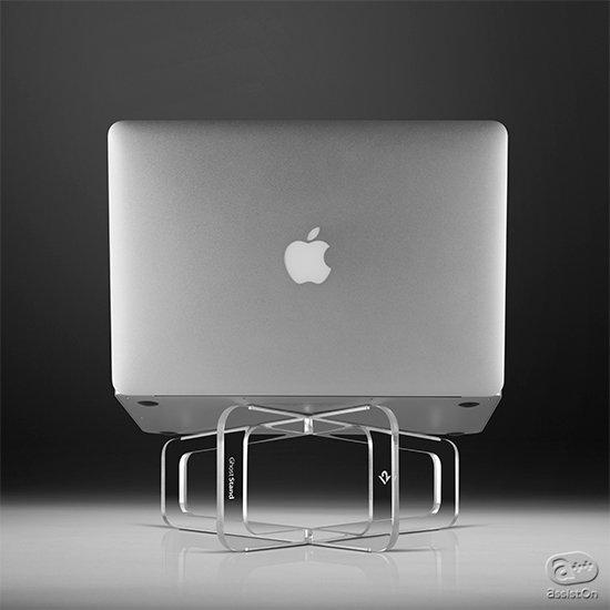 MacBookのためにつくられました。透明で上品なアクリルを組み合わせ、卓上でのお仕事を快適に。ディスプレイを見やすい位置に調整します。