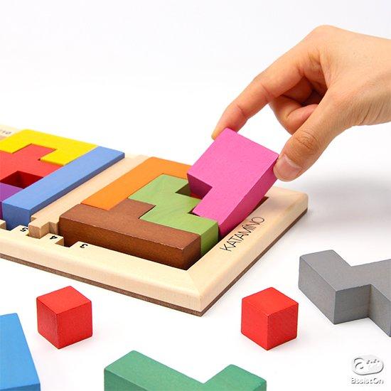 フランスからやってきた。3歳の子供から大人まで、みんな一緒に楽しむことができる、知的ゲーム。解けたらレベルをアップしてゆく達成感とワクワク感が魅力です。