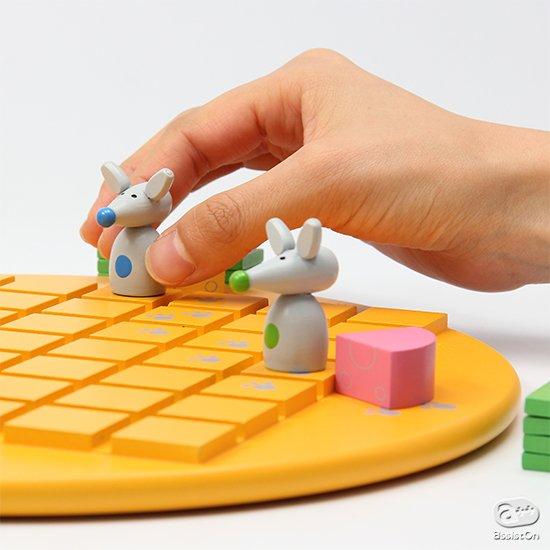 どのネズミが先にチーズに辿り着けるか。フランス国内だけでなく世界中のボードゲームファンを魅了している知的対戦ゲーム。シンプルながら先を読む力を育てます。