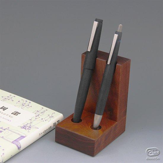 お持ちの筆記具の中から、とっておきの2本を選んで、こちらへ。よい素材を使って丁寧につくった、ナラとウォルナットの筆記具スタンド。