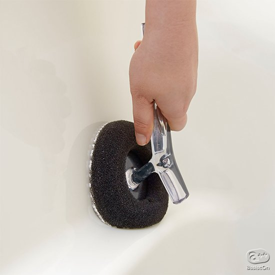 お風呂場の掃除スポンジを再発明しました。3つの持ち方を可能にして手や腕への負担を軽減。凹凸のある面にもフィットして、水垢や皮脂ヨゴレを落とします。