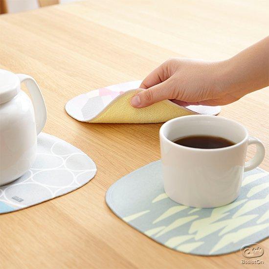 内側のマイクロファイバーがこぼれたお水や、汚れをさっと拭き取り、洗い流して何度でも使える、厚さ2ミリ。いつもテーブルに置いておける、新しいフキン。