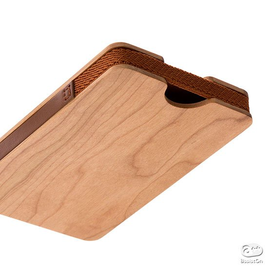 名刺の取り出しもスムーズ。厚さは12ミリとスリムながら、最大30枚の収納が可能。北海道・旭川の木工職人が実現させた木製の名刺ケース。