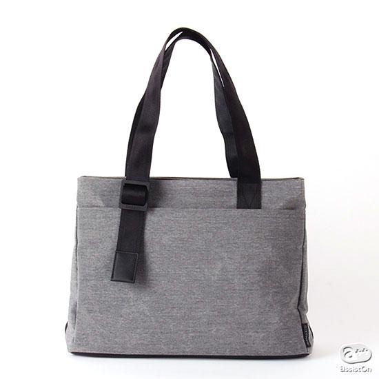 女性も男性も、年齢を超えて使いやすい。無段階調節が可能なハンドル、多様な収納力、軽くて風合いの良い新素材。ビジネスバッグの再デザインです。