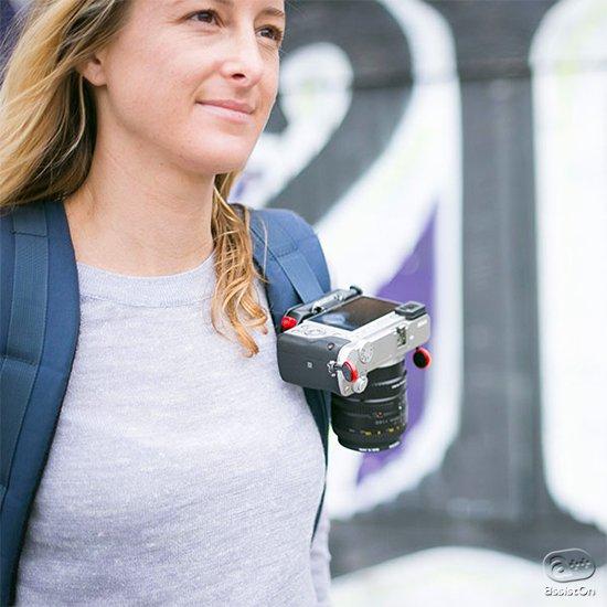 カメラを持ち歩く時のための、これまでに無かったまったく新しい、機能的で快適な道具。プロに絶賛された、ストラップでも無い、バッグ収納でも無い、第3の方法。