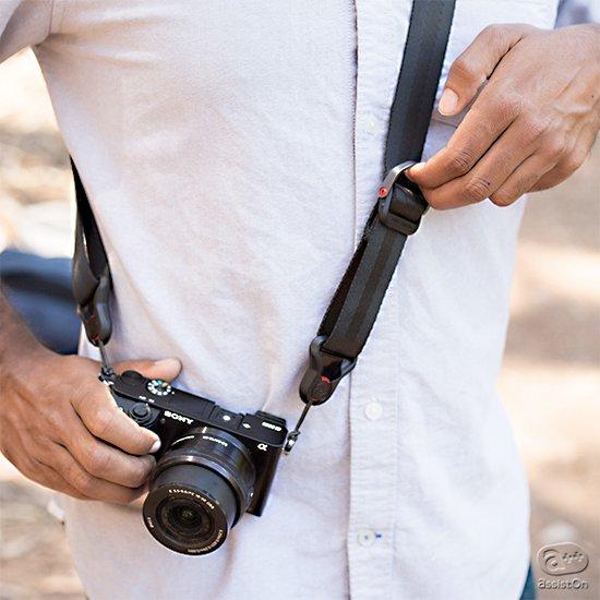 一眼レフに、ミラーレスに。自由なモードチェンジと長さ調節、着脱自在の機能を装備した、これまでに無かった使いやすさのカメラストラップの誕生。