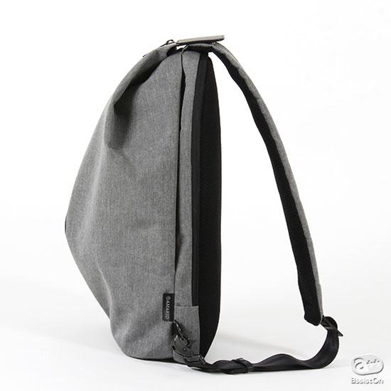 荷物が少ない時にはスリムで、気楽に自由に動きまわれる。荷物が増えた時にはワンタッチで収納量が増える。新素材で軽量な、ワンショルダー・バッグ。