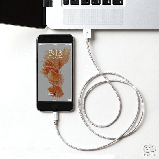 iPhone付属のLightningケーブルの問題点を解消するために。束ねやすく、絡まりづらく、そして強靭に。異なる素材を4層構造にして作りました。