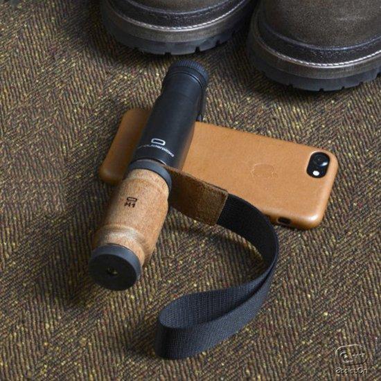 サペリマホガニー素材のハンドルモデル登場。iPhoneやスマートフォンの優れたカメラ機能をさらにアップグレード。高いホールド感、ハンドストラップ、三脚の固定をスマートに追加。