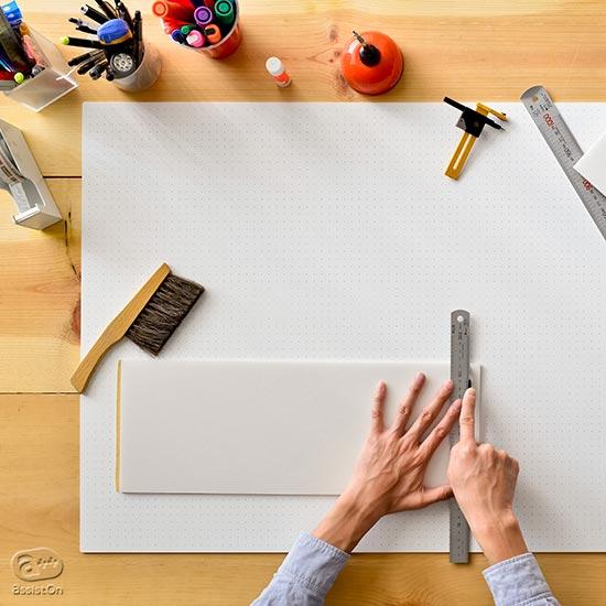 手を使ってものを作る方のために。創作をじゃましない環境をつくる最高品質のカッティングマット。素材、製造工程、表面のデザインに配慮しました。