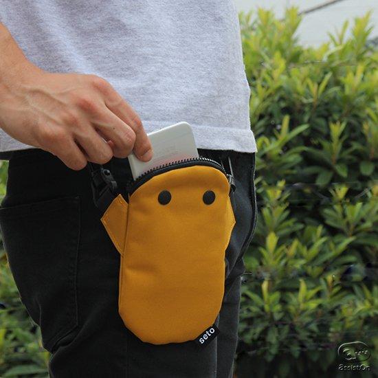 あなたのスマートフォンを食べるのが大好きな生き物。パクッと食べてお腹の中でしっかり守ってくれる。手はしっかりフックで、バッグや腰に固定可能。