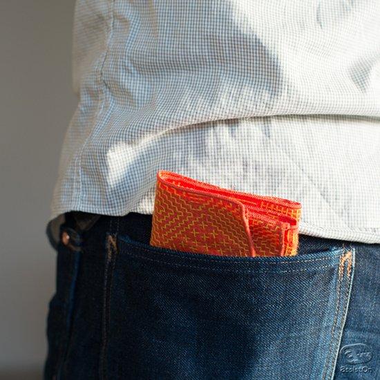 丁寧に織られた布の風合いと、伝統的な手法。これに新しい幾何学模様の図案を施しました。福島の刺子織でつくったtenpのハンカチとテーブルナプキン。