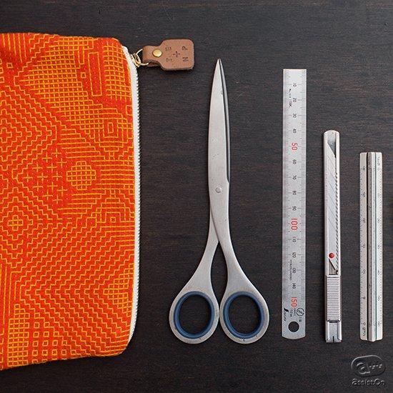 丁寧に織られた布の風合いと、伝統的な手法。これに新しい幾何学模様の図案を施しました。福島の刺子織でつくったtenpの小物ポーチ。