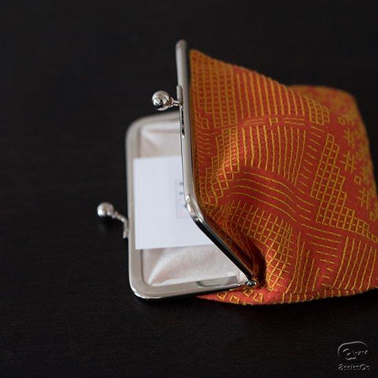 丁寧に織られた布の風合いと、伝統的な手法。これに新しい幾何学模様の図案を施しました。福島の刺子織でつくったtenpのがま口。