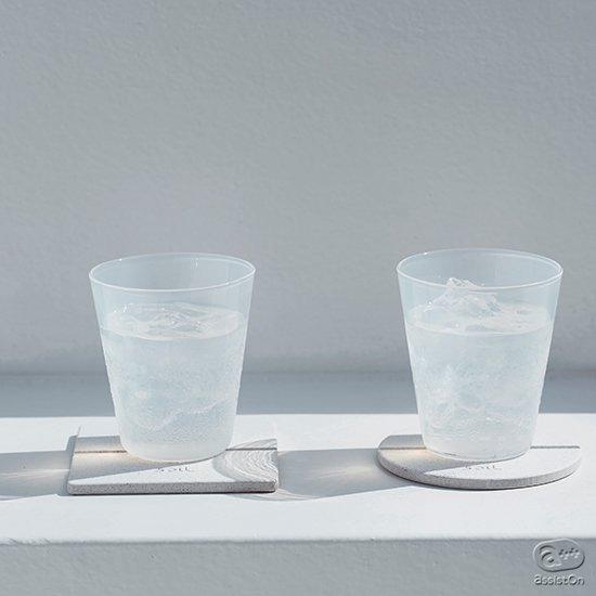 コップやグラスについた結露をすっと吸い取ってくれる。そしていつも清潔に整えておくことができる。天然素材だけでつくった高機能な新しいコースターです。