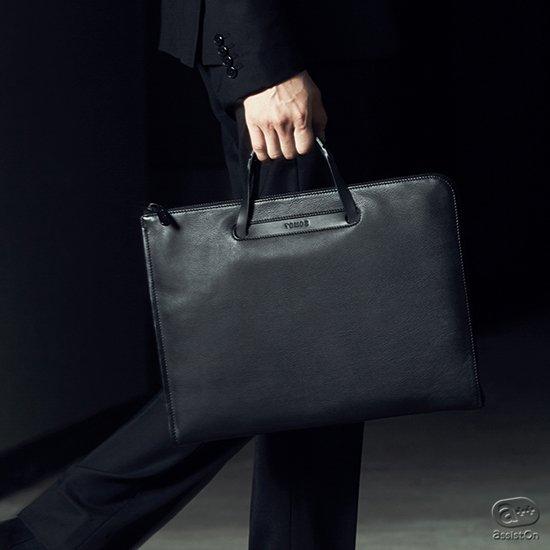イッセイミヤケ「BAO BAO」を手がけ、機能的で革新的なバッグを作って来たデザイナー松村光。日本の皮革メーカーと組んだ、スリムなビジネスブリーフケース