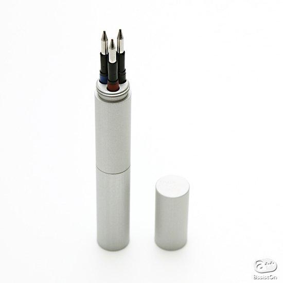 愛用のボールペンのインク・リフィルをスマートに収納して、持ち運び。医療機関にも使われる精密なアルミ加工技術でつくりました。